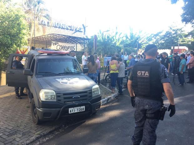 Grupos de manifestantes pedem o fim da corrupção no Legislativo local em protesto em frente à Câmara Municipal de Foz do Iguaçu (Foto: Artur Bernardi / RPC)
