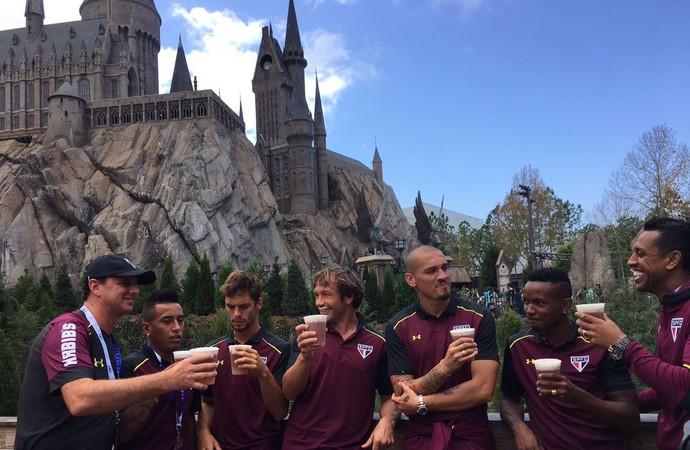 Jogadores do São Paulo e Rogério Ceni bebem cerveja em Orlando (Foto: Reprodução twitter)