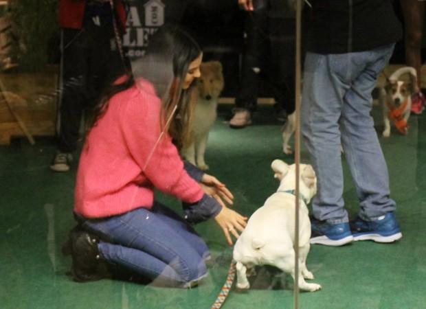 Sthefany Brito e o cachorinho Snow (Foto: AgNews)