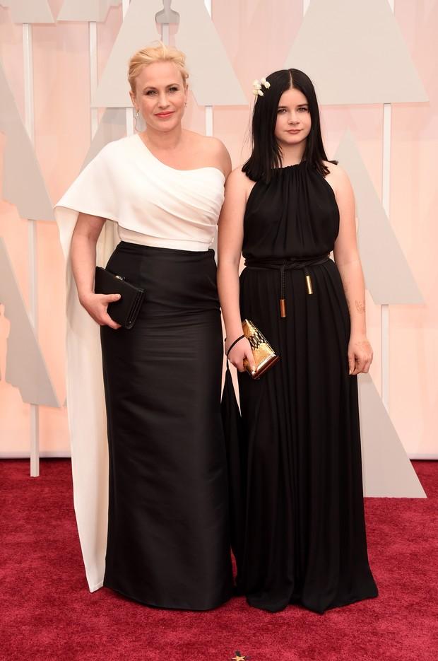 Patricia Arquette com a filha, Harlow Olivia, no Oscar 2015 (Foto: AFP)