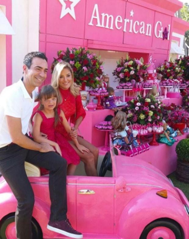 Ticiane Pinheiro com o noivo, César Tralli, e a filha, Rafa Justus (Foto: Reprodução)