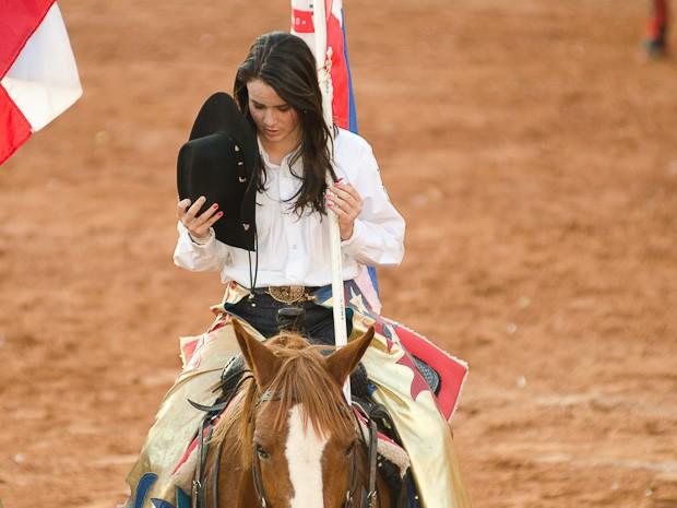 Peoa mostra devoção a Nossa Senhora Aparecida, padroeira dos peões (Foto: Érico Andrade/G1)
