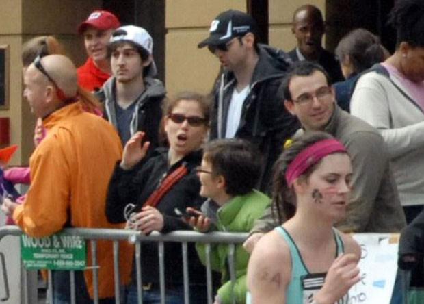 Foto mostra Tamerlan (boné preto) e  Dzhokhar Tsarnaev (boné branco) durante a prova (Foto: Bob Leonard/AP)