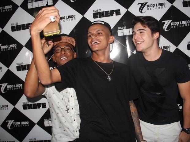 Nego do Borel, MC Maneirinho e Nicolas Prattes em show no Rio (Foto: Divulgação)