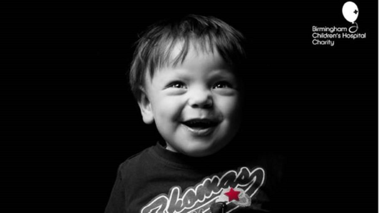 Thomas, que espera por um transplante, celebrou seus 4 anos num quarto de hospital (Foto: Kris Askey/Birmingham Children's Hospital)