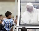 Papa Francisco brinca e beija menino com camisa de Messi da Argentina
