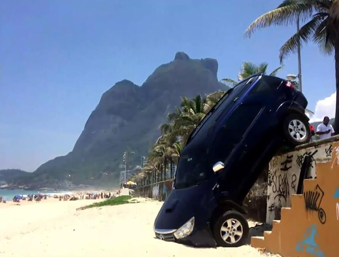 O carro de Pedro Novaes ficou pendurado na praia de São Conrado, no Rio de Janeiro (Foto: TV Globo)