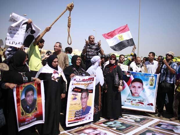 Parentes de pessoas que morreram durante a revolulão no Egito esperam pelo veredicto do ex-presidente do país, Hosni Mubarak.  (Foto: Suhaib Salem / Reuters)
