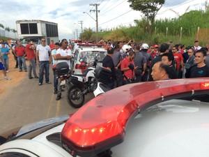 Funcionários entraram na fábrica da LG com escolta da PM (Foto: Bruno Pellegrine/ TV Vanguarda)
