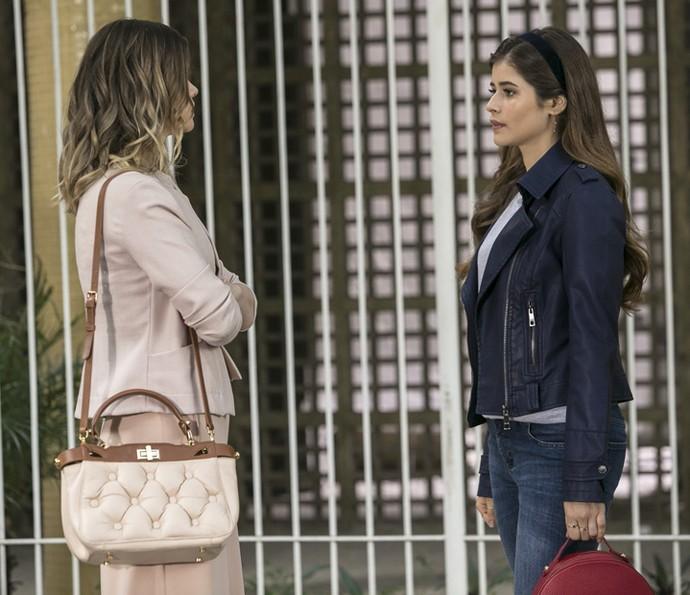 Jéssica procura Cris na escola (Foto: Raphael Dias/Gshow)