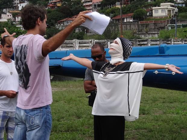 O diretor Leonardo Nogueira orienta Cláudia (Foto: Flor do Caribe/TV Globo)