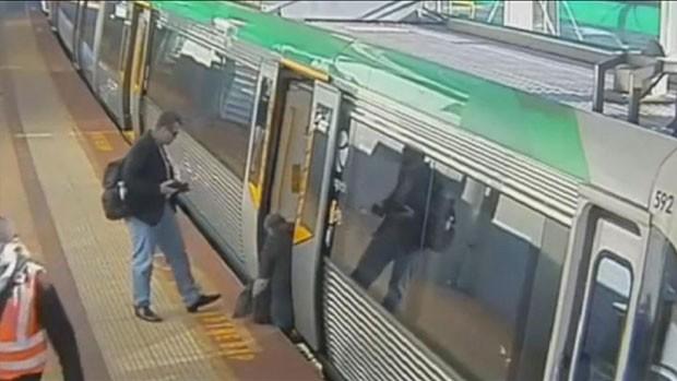 Passageiro prendeu perna em vão entre trem e plataforma na Austrália (Foto: Public Transport Authority of Western Australia/BBC)