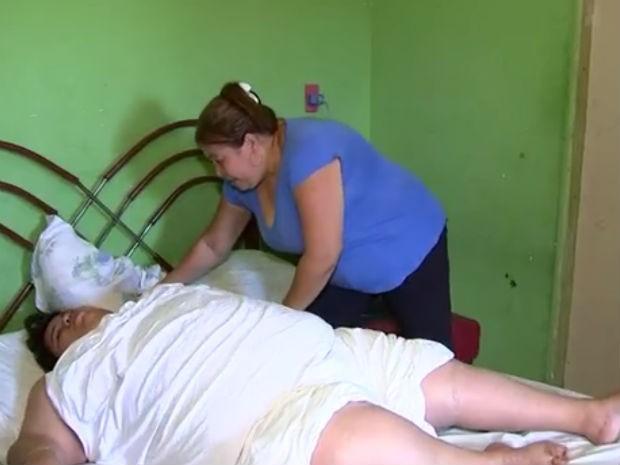 Vanessa aguarda uma cirurgia bariátrica pelo SUS (Foto: Reprodução/TV TEM)