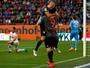 Lewandowski faz dois gols, dá passe para outro e mantém Bayern líder
