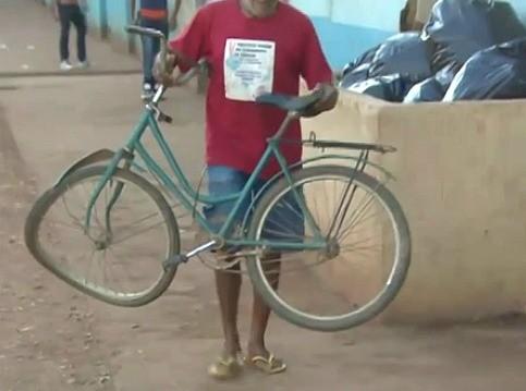 Bicicleta da estudante atropelada foi resgatada por vizinhos (Foto: Amazônia TV)