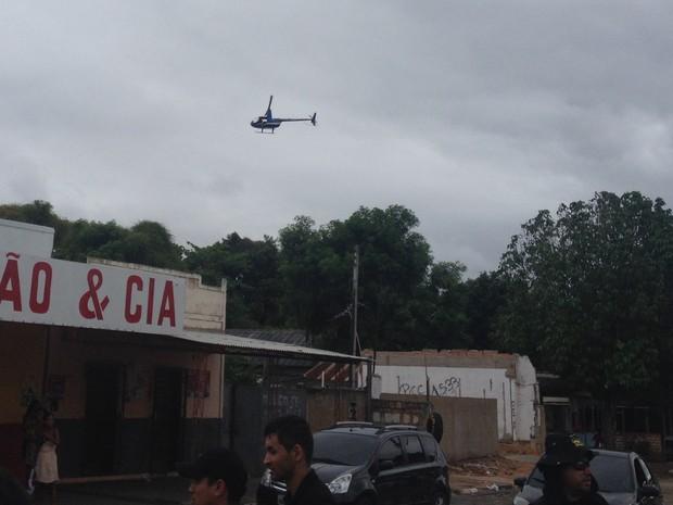 Opração tem o apoio do helicóptero da polícia que faz o sobrevoo da área conhecida como 'Beiral', em Boa Vista (Foto: Jackcson Félix/G1)