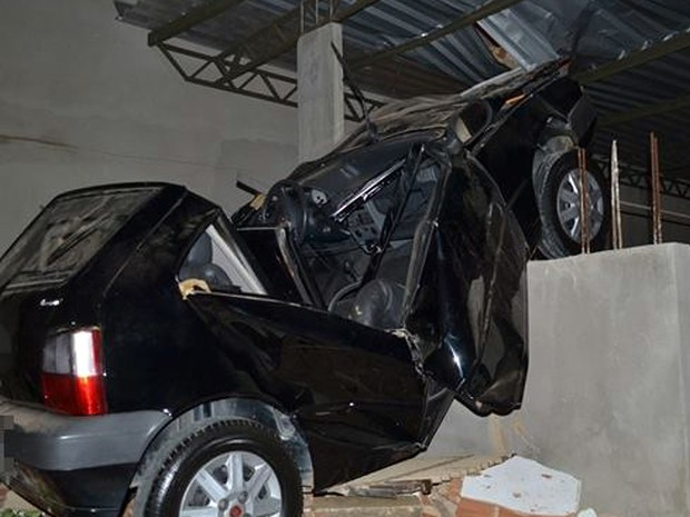 Carro despencou cerca de oito metros de altura (Foto: Rádio Muriaé)