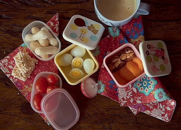 Ingredientes como frutas secas e tomatinhos são perfeitos para rechear a lancheira. Ideia esperta das sócias da Gastérea: use um pião como saleiro. Potinhos e caneca Japonique (Foto: Cacá Bratke)