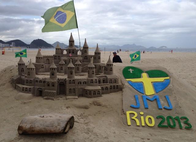 Logo da Jornada foi desenhada na areia de Copacabana  (Foto: Andressa Gonçalves/G1)
