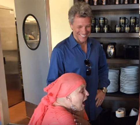 Bon Jovi visita paciente com câncer (Foto: Reprodução / Youtube)