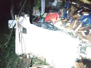 Cabine da carreta ficou completamente destruída. (Foto: Corpo de Bombeiros/Divulgação)