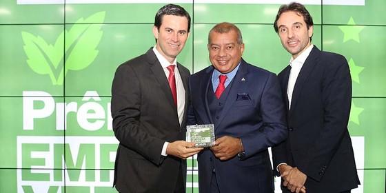 Vando Telles, da Pecsa, recebe o troféu de Appio Tolentino, superintendente da Zona Franca de Manaus, e de Carlo Pereira, do Pacto Global (Foto: Rogério Cassimiro)