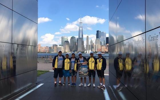 Equipe da Associação Esportiva Talentos do Capão em Nova York para competir na prova Liberty do Freedom Swim (Foto: Divulgação)