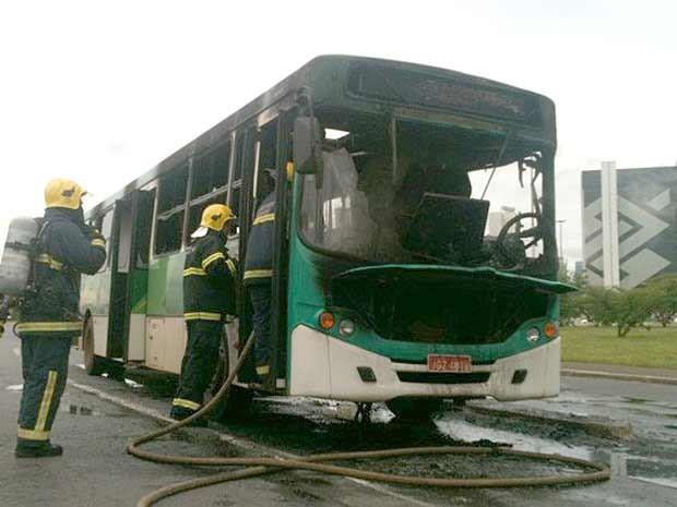 Um ônibus pegou fogo na Esplanada dos Ministérios no início da tarde desta sexta-feira (8). Ninguém ficou ferido (Foto: Raquel Morais/G1)