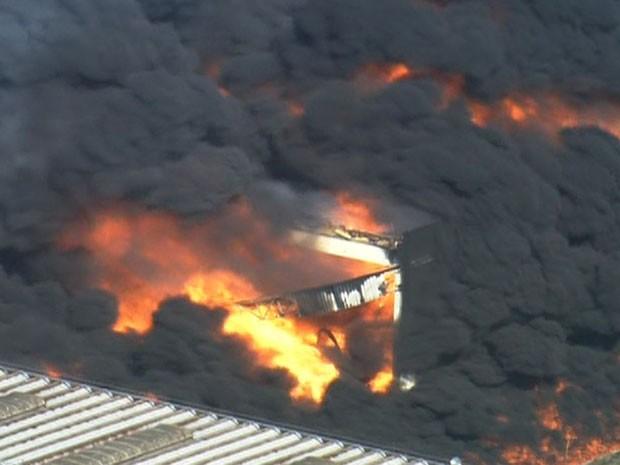 Fumaça negra podia ser vista à distância (Foto: Reprodução / TV Globo)