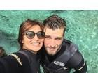 Carol Nakamura posa com o namorado durante mergulho