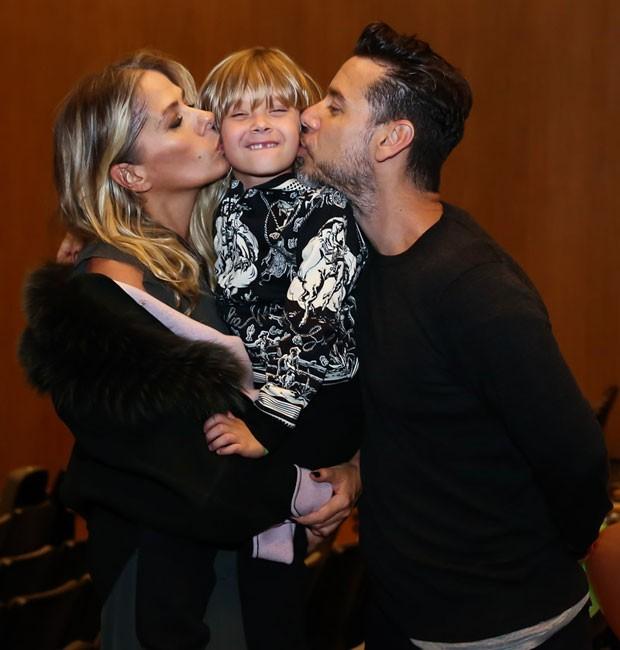 Vittorio ganha um beijo-sanduíche dos pais, Adriane Galisteu e Alexandre Iódice (Foto: Manuela Scarpa/Brazil News)