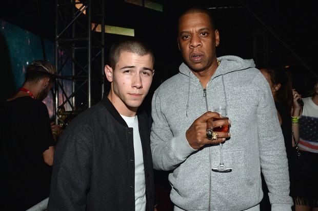 Nick Jonas e Jay-Z em festival de música na Filadélfia, nos Estados Unidos (Foto: Kevin Mazur/ Getty Images)
