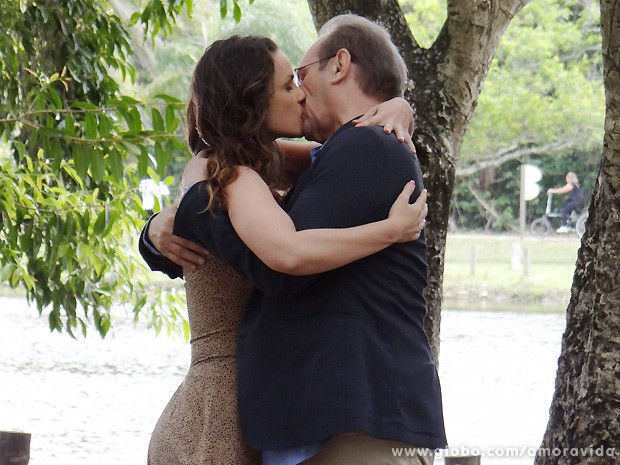 Gina e Herbert se beijam, apaixonados... (Foto: Amor à Vida / TV Globo)