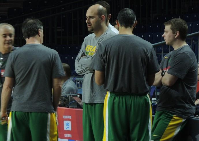 Diego conversa em treino da seleção com membros da comissão técnica (Foto: Fabio Leme)