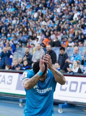 Hulk aplaude torcida do Zenit (Foto: Site oficial do Zenit)