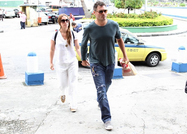 Thiago Lacerda e Vanessa Lóes no velório de Lidia Mattos (Foto: Henrique Oliveira / FotoRioNews)