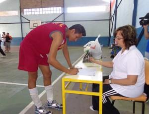 Capitão assina a súmula do jogo (Foto: Diego Gavazzi/TV Rio Sul)