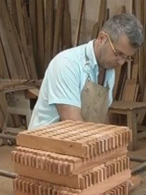 Albino trabalha com madeira de demolição  (Foto: reprodução/TV Tem)