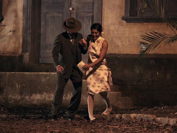 Gabriela quase tropeça com sapatos de salto (Foto: Gabriela / TV Globo)