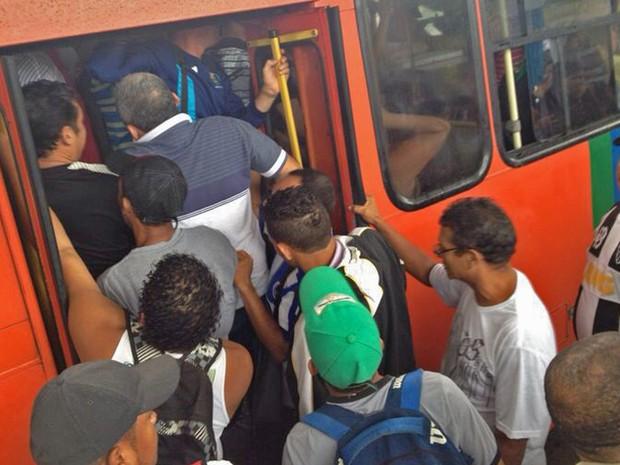 Passageiros enfrentam tumulto para entar em ônibus no Terminal do Barro, Zona Oeste do Recife (Foto: Kety Marinho/TV Globo)