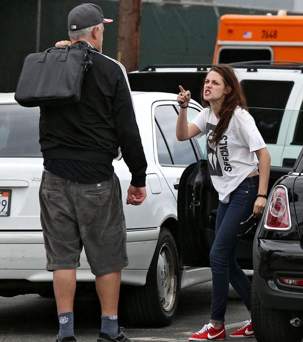 Kristen Stewart no mesmo dia, mas com roupas diferentes (Foto: Grosby Group)