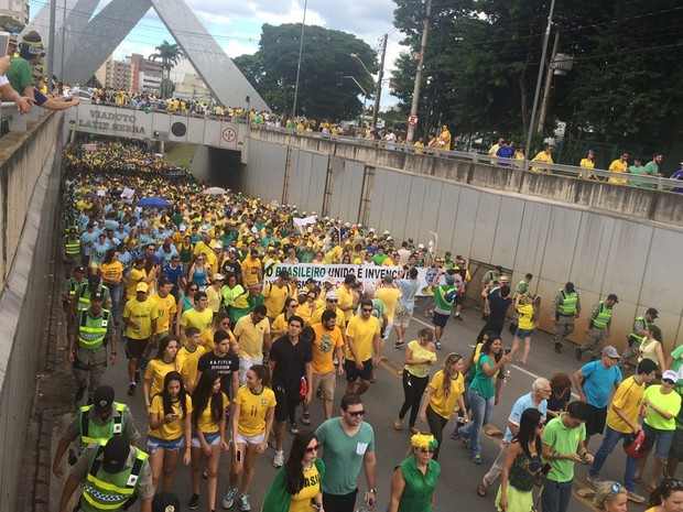 Manifestantes fazem ato e pedem o impeachment de Dilma, em Goiânia, Goiás (Foto: Murillo Velasco/G1)