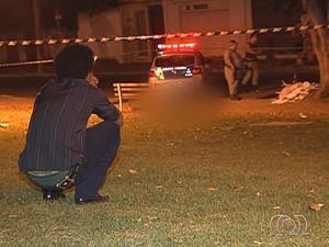 Adolescente de 17 anos grávida é morta em banco de praça em Goiânia, Goiás (Foto: Reprodução/TV Anhanguera)