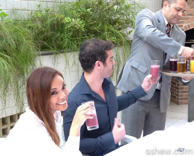 Casal escolhe as bebidas da festa de casamento (Foto: Domingão do Faustão/TV Globo)