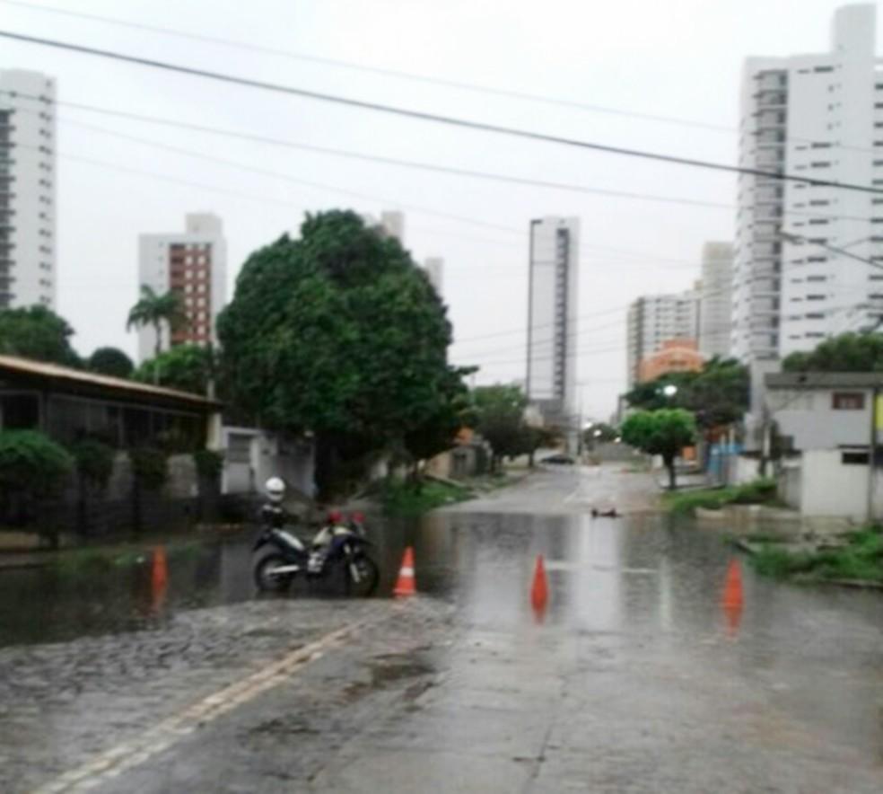 Rua Poty Nóbrega tem ponto de alagamento que impede a passagem de veículos (Foto: STTU)