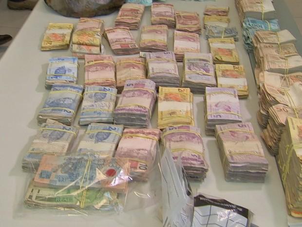 Parte do dinheiro apreendido com o banco está danificado com as explosões nos bancos (Foto: TV Verdes Mares/Reprodução)