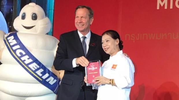 Jay Fai recebendo seu prêmio na cerimônia do Guia Michelin, em Bangkok  (Foto: Reprodução Twitter)