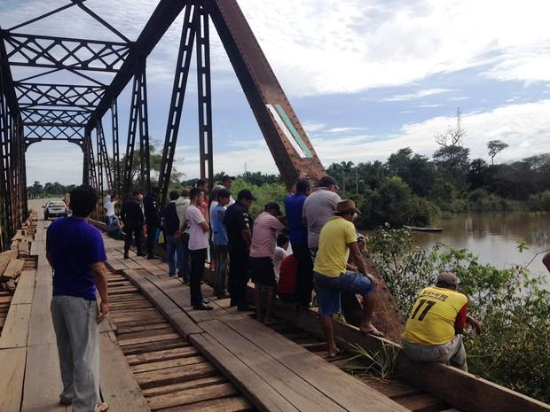 Segundo testemunha, carro de idoso bateu na ponte e caiu na água (Foto: Júnior Freitas/  Rede Amazônica)