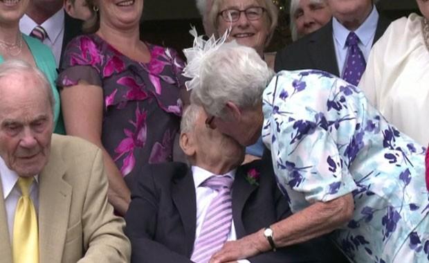 Juntos há 27 anos, George Kirby, 103, e Doreen Luckie, 91, formalizaram sua união neste domingo (Foto: BBC)