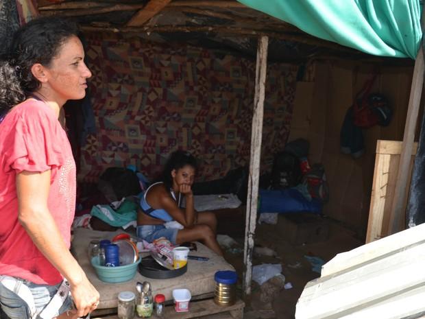 Francicleuva mora com o marido e uma amiga em um reservatório de esgoto  (Foto: Aline Nascimento/G1)